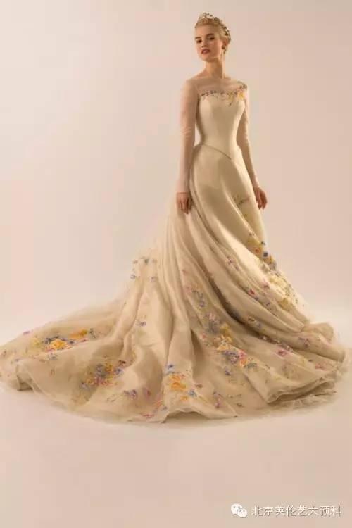灰姑娘的婚纱 裙摆上的花都是手工绣上去的